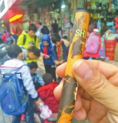"""校门口文具店卖电子烟给小学生 10岁已成""""老烟民""""?"""